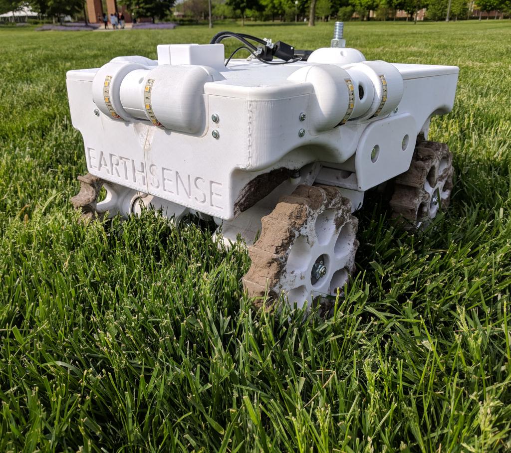 Mis au point par l'Université de l'Illinois, le robot TerraSentia qui surveille de manière autonome les cultures a été récompensé par le prix du meilleur système de gestion à la robotique: Science and Systems, la conférence prééminente sur la robotique organisée à Pittsburgh. (credits: Claire Benjamin / Flickr Creative Commons Attribution 2.0 Generic (CC BY 2.0))