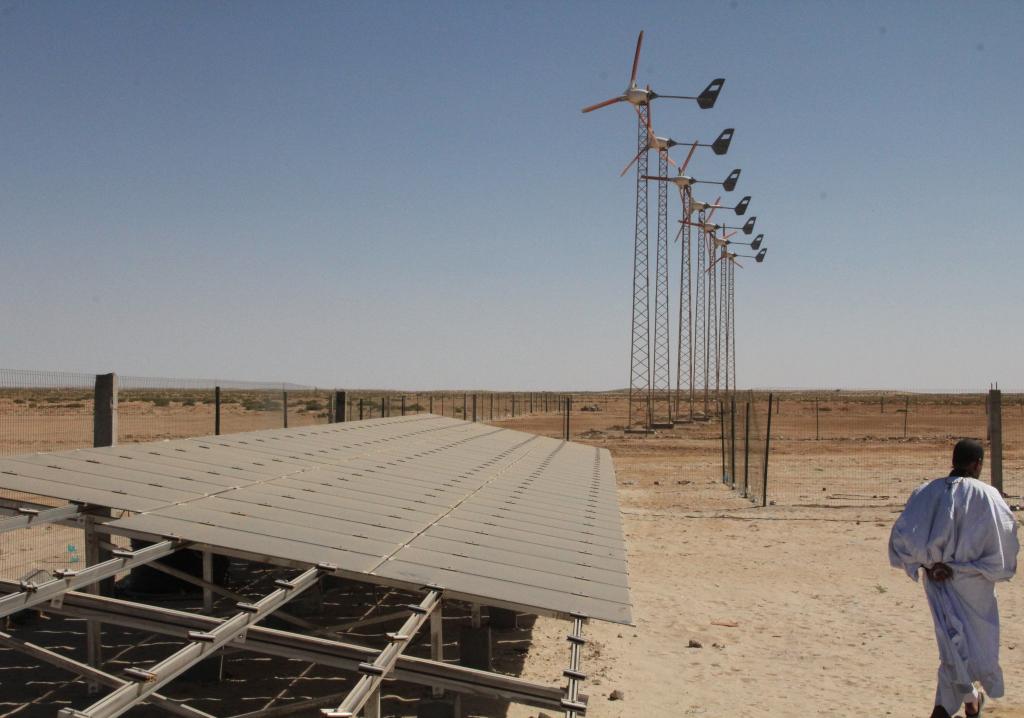 Petites éoliennes avec des unités de dessalement pour les villages côtiers en Mauritanie (crédits: Agency for the Promotion of Universal Access to Services (APAUS) / IRENA / Flickr Creative Commons Attribution-NonCommercial-NoDerivs 2.0 Generic (CC BY-NC-ND 2.0))