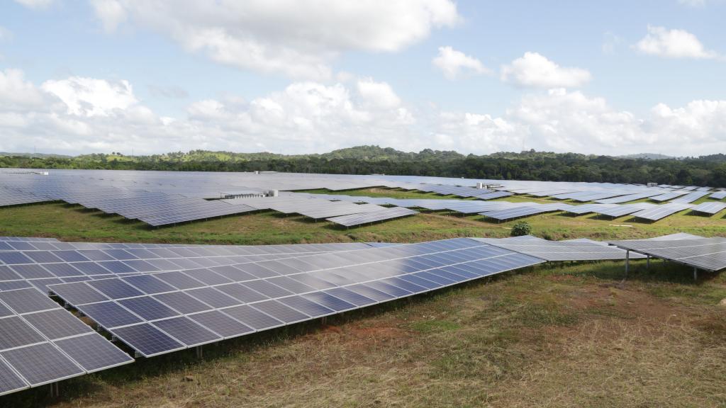 Une centrale solaire photovoltaïque de 30 MW en République dominicaine (crédits: Alejandro Santos / Presidencia República Dominicana/ Flickr Creative Commons Attribution-NonCommercial-NoDerivs 2.0 Generic (CC BY-NC-ND 2.0))