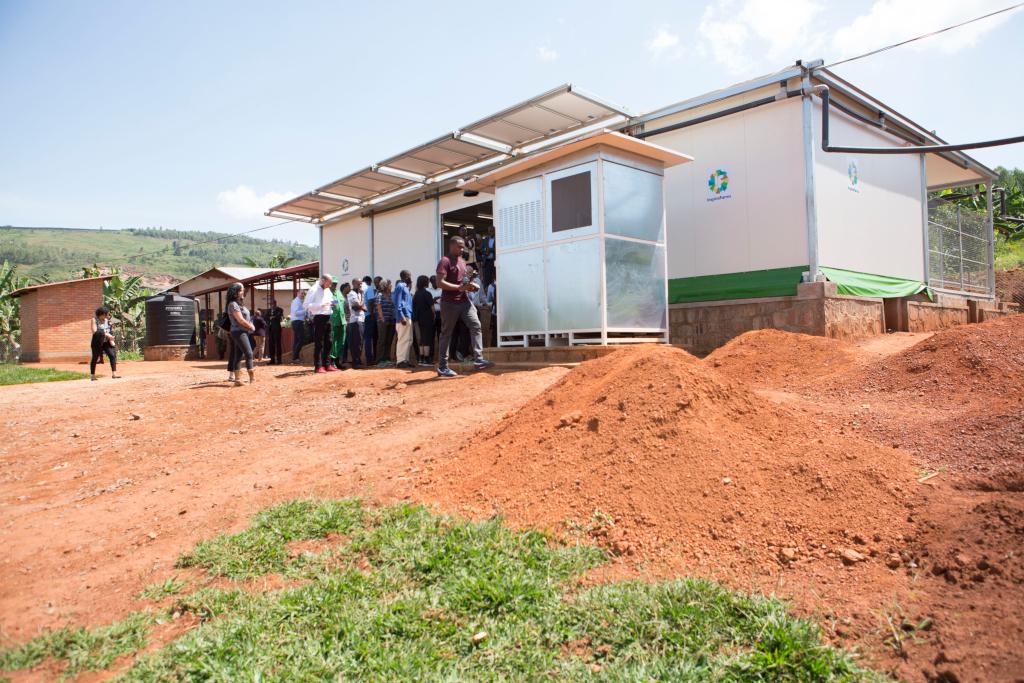 Les invités visitent l'une des dix sites de traitement frigorifique et d'entreposage frigorifique à énergie solaire d'InspiraFarms installées dans six districts situés dans quatre des cinq provinces du Rwanda. Chaque installation a une superficie totale de 150 mètres carrés et comprend un espace de stockage frigorifique, une zone de traitement, une zone d'agrégation, des espaces administratifs et d'hygiène, tous fonctionnant hors réseau et conformes aux normes de sécurité alimentaire. Les installations de refroidissement utilisent les dernières technologies et les réfrigérants respectueux de l'amendement Kigali. (crédits: Ministry of Environment - Rwanda / Flickr Creative Commons Attribution-NoDerivs 2.0 Generic (CC BY-ND 2.0))