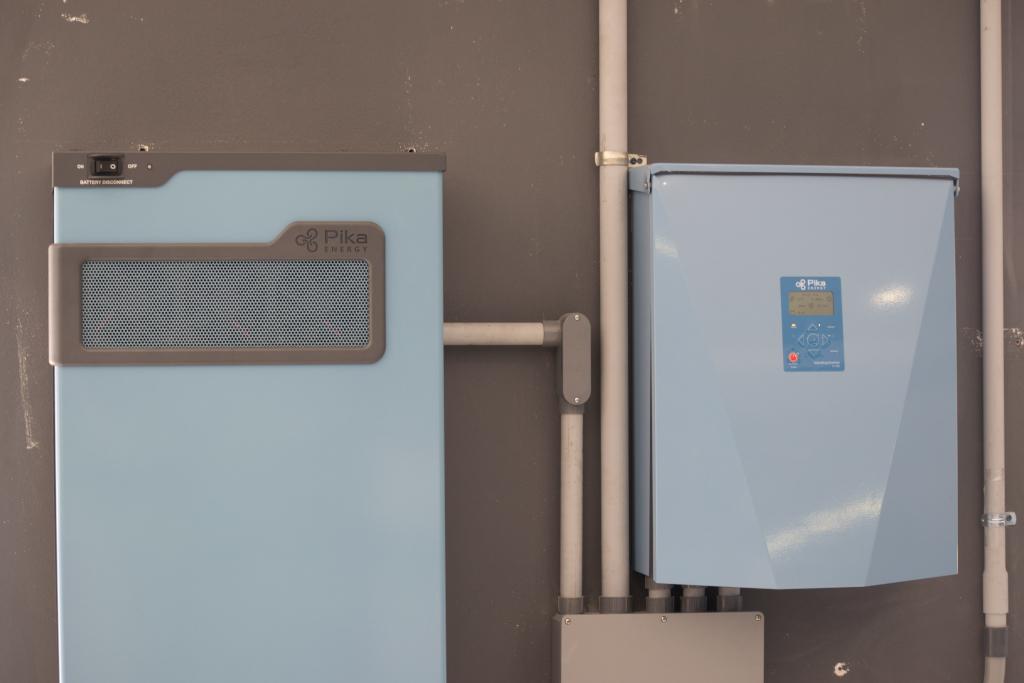 Système de stockage énergétique de Pika Energy au bureau New Energy à San Juan, Porto Rico. (crédits: Clean Energy Group / Clean Energy States Alliance / Flickr Creative Commons Attribution-NonCommercial-NoDerivs 2.0 Generic (CC BY-NC-ND 2.0))