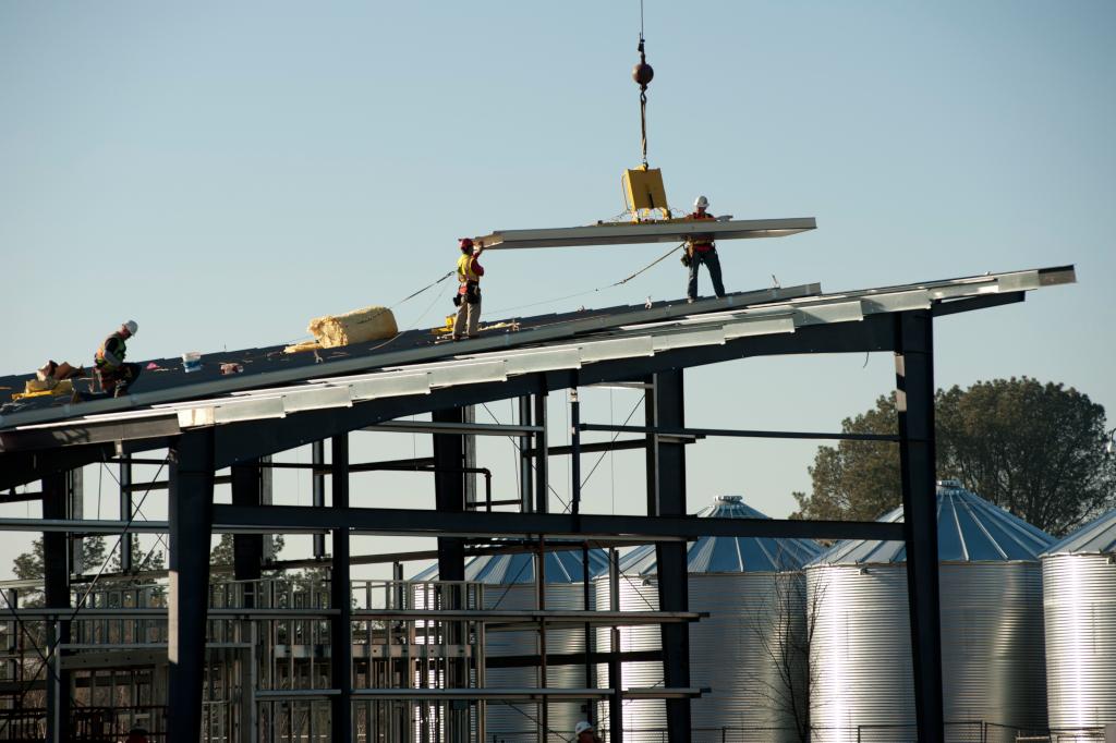 Installation d'une toiture solaire dans un centre vinicole, brasserie et agro-alimentaire. (crédits: UC Davis College of Engineering / Flickr Creative Commons Attribution 2.0 Generic (CC BY 2.0))