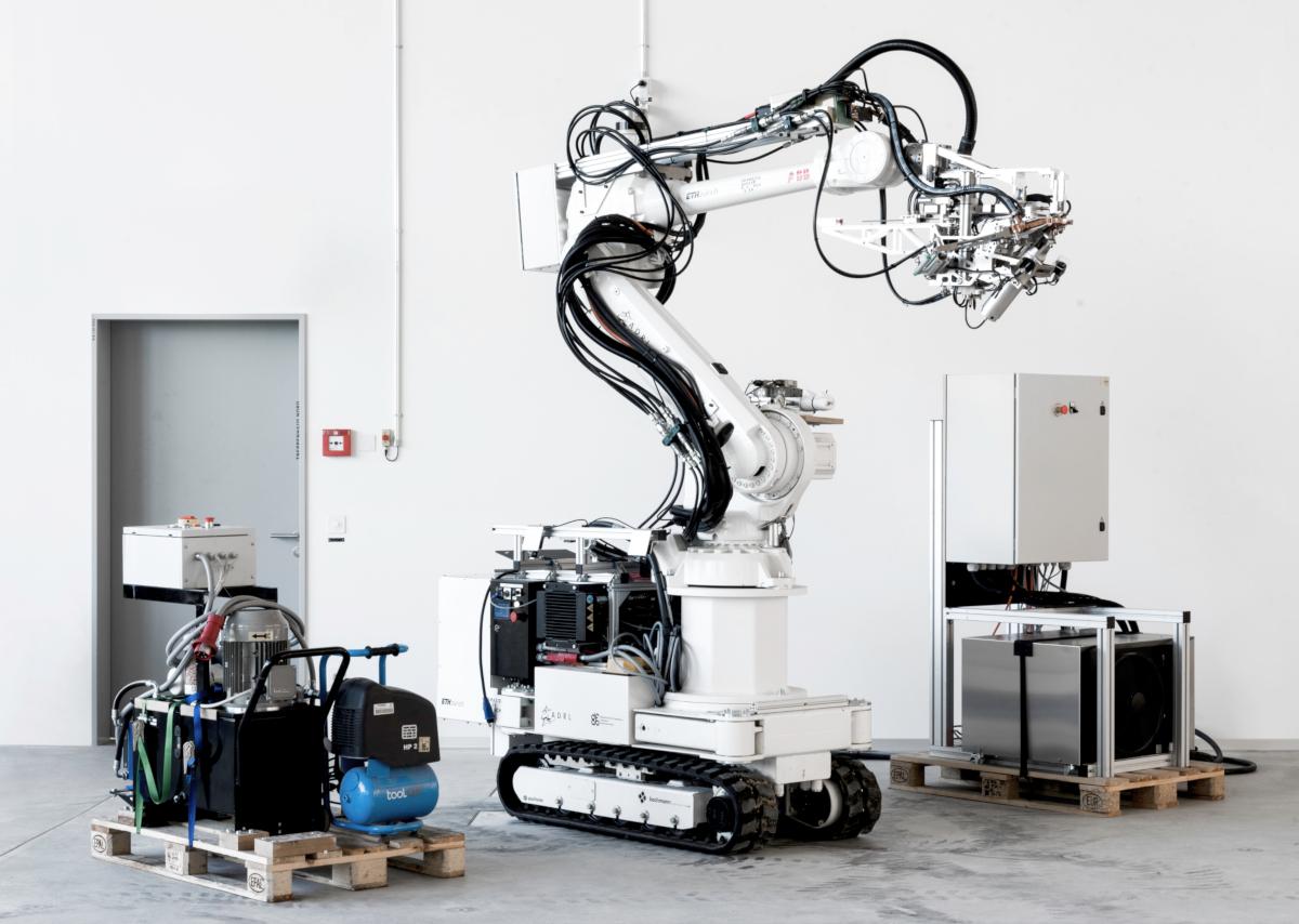 Robot mobile de l'ETH Zurich, appelé In-Situ Fabricator, équipé des instruments de périphérie de la technologie Mesh Mould (Swiss Technology Award 2016); Prêt pour le chantier de construction. (crédits: Alexander Nikolas Walzer / SNSF Scientific Image Competition / Flickr Creative Commons Attribution CC-BY-NC-ND)