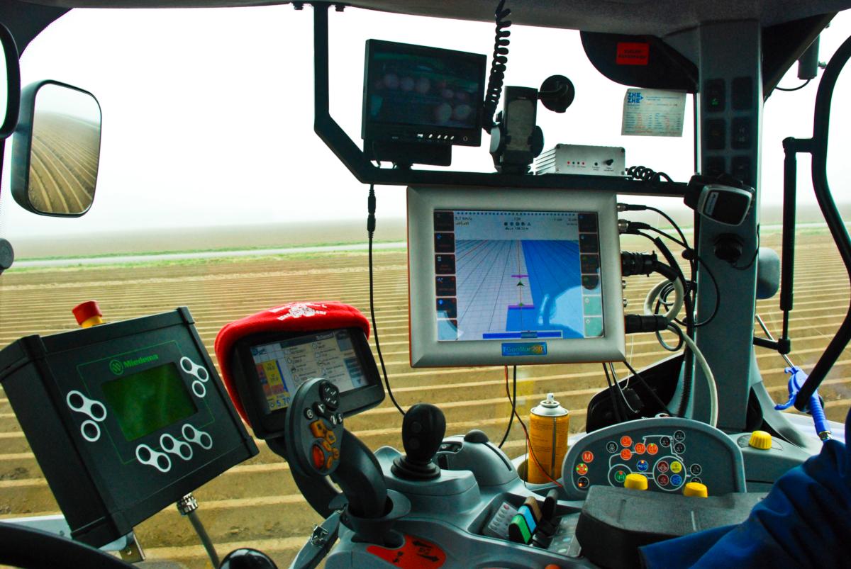 Le système de guidage Navtronics aide les conducteurs de tracteurs de ferme à effectuer leur travail avec une précision qui dépasse de loin la direction manuelle. Cela se traduit par une meilleure utilisation des terres disponibles et une productivité accrue de la part des hommes et des machines. En «automatisant» les machines agricoles, même les conducteurs non qualifiés peuvent obtenir des résultats presque parfaits. Copyright Navtronics BVBA