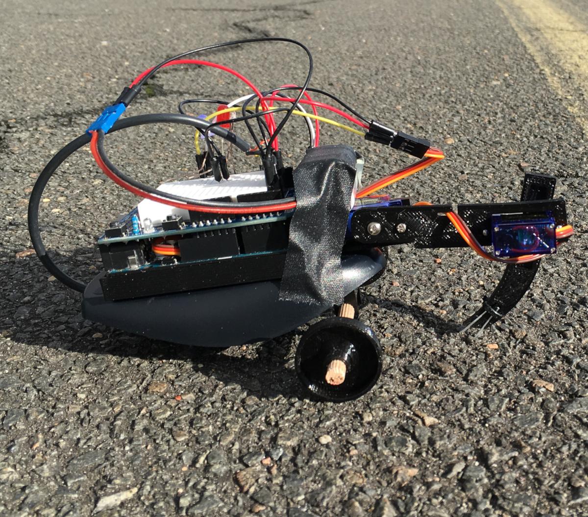 SISYPHUS est un robot qui apprend à explorer à l'aide d'un simple algorithme d'intelligence artificielle appelé apprentissage par renforcement. Le robot tente d'abord des actions aléatoires et apprend s'il avance ou recule. Au fil du temps, il relie les actions qui le font avancer. (crédits: mangtronix / Flickr Creative Commons Attribution-ShareAlike 2.0 Generic (CC BY-SA 2.0))