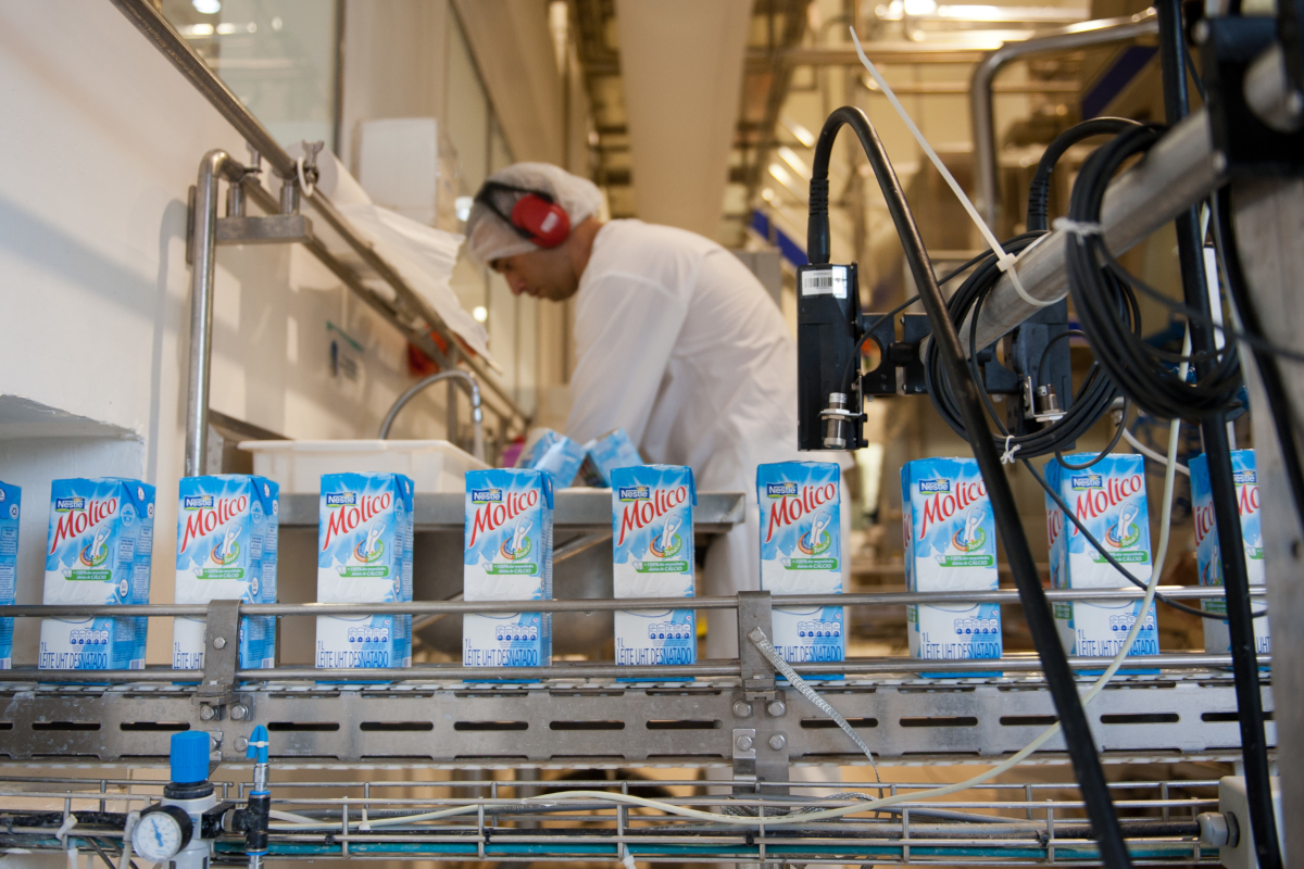 Boissons de marque Molico sur la chaîne de production de l'usine Nestlé de Tres Rios au Brésil (crédits: © Marie Hippenmeyer/Nestlé / Flickr Creative Commons Attribution-NonCommercial-ShareAlike 2.0 Generic (CC BY-NC-SA 2.0))