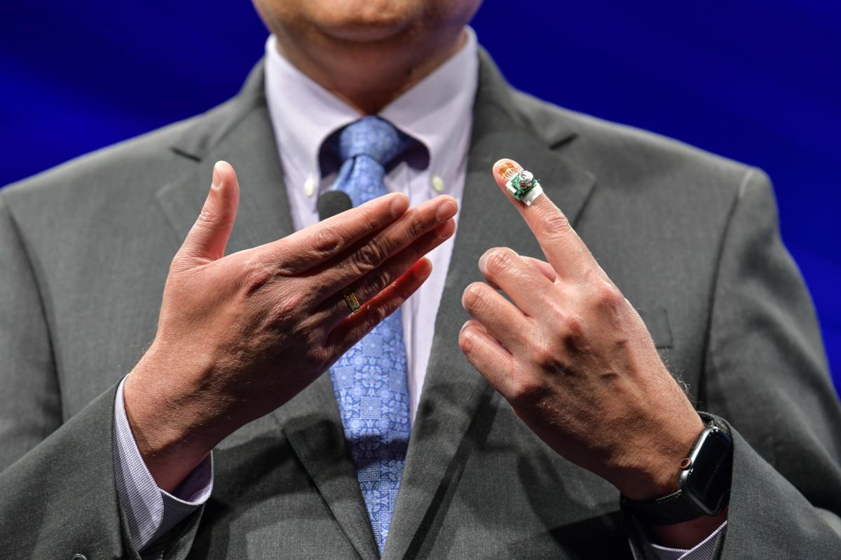 IBM a créé un capteur sans fil qui enregistre et analyse des mouvements simples, des gestes, l'écriture des doigts et la force de préhension. L'appareil a été développé pour mesurer la progression de la maladie de Parkinson, mais avec la force de préhension comme indicateur clé de la fonction cognitive chez les schizophrènes et la santé cardiovasculaire, l'impact potentiel de cette nouvelle biotechnologie est illimité. (crédits: Stuart Isett for Fortune / Flickr Creative Commons Attribution-NonCommercial-NoDerivs 2.0 Generic (CC BY-NC-ND 2.0))