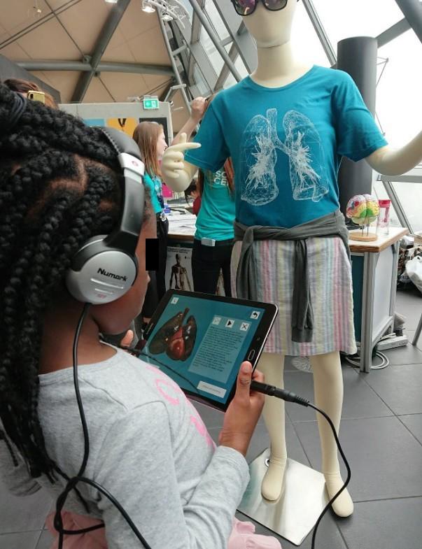 SmokAR - une application de réalité augmentée interactive passionnante développée pour sensibiliser et éduquer les jeunes aux effets néfastes du tabagisme. (crédits: Glasgow School of Art / Flickr Creative Commons Attribution-NonCommercial-NoDerivs 2.0 Generic (CC BY-NC-ND 2.0))