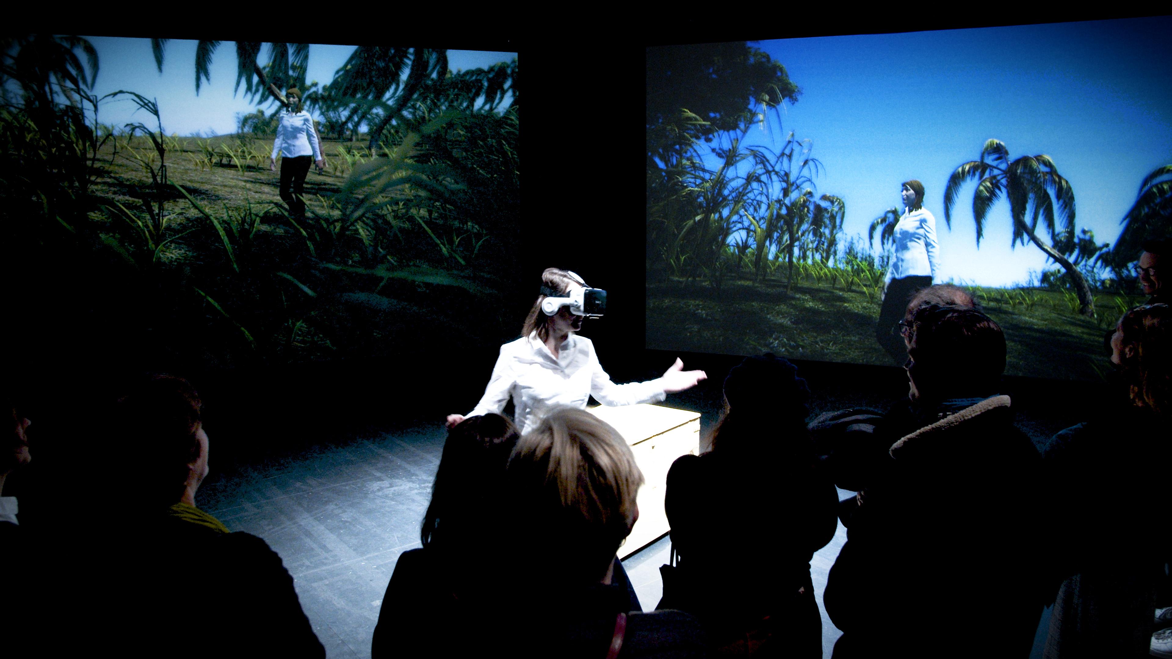 Fossil Futures est un projet artistique qui retrace les histoires et les pratiques enchevêtrées de la muséologie, du patrimoine culturel, de la propriété publique et de la reproduction numérique. Les artistes Nikolai Nelles et Nora Al-Badri sont connus pour avoir utilisé les outils de musées d'histoire naturelle, ainsi que des fuites de données, l'intelligence artificielle (IA) et la numérisation 3D, afin de réinventer des fossiles et des reliques en l'absence d'accès à de véritables artefacts. Le projet demande aux téléspectateurs de remettre en question l'authenticité du récit culturel d'une nation et cherche à construire des visions émancipatrices alternatives en utilisant les technologies d'accès aux données d'aujourd'hui faciles à utiliser. La dernière version de Fossil Futures est une reproduction complète de l'environnement tanzanien de Tendaguru Hill en Tanzanie, qui sert de décor à une pièce de théâtre immersive écrite et dirigée par l'un des artistes. (credits: Nora Al-Badri, Jan Nikolai Nelles / Ars Electronica / Flickr Creative Commons Attribution-NonCommercial-NoDerivs 2.0 Generic (CC BY-NC-ND 2.0))