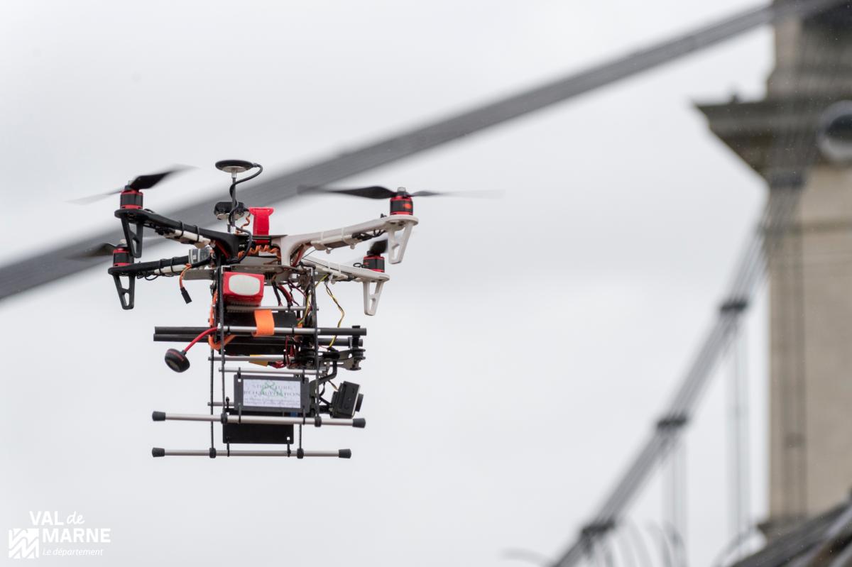 Télé-inspection par drones sur le pont du Port à l'Anglais à Vitry Sur Seine. (crédits: Alex Bonnemaison / Service photo du Département du Val-de-Marne / Flickr Creative Commons Attribution-NonCommercial-NoDerivs 2.0 Generic (CC BY-NC-ND 2.0))