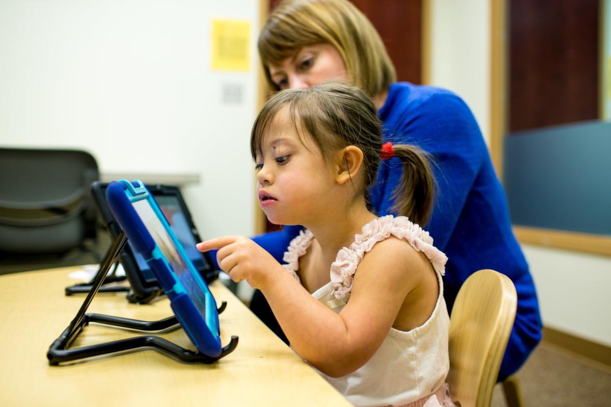 Une enfant avec des troubles du langage utilise une application pour tablette pour communiquer tout ce qui est important pour elle (crédits: National Institute on Deafness and Other Communication Disorders (NIDCD) / Flickr Creative Commons Attribution-NonCommercial 2.0 Generic (CC BY-NC 2.0))