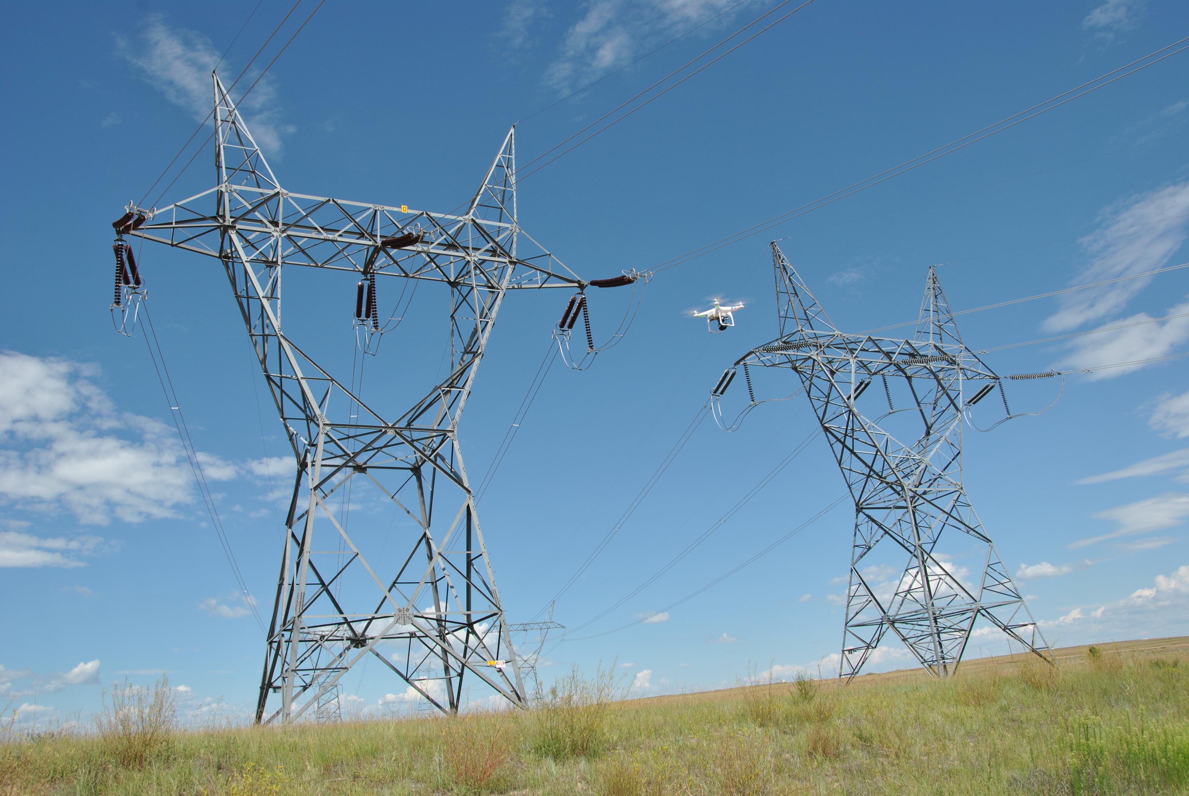 Utilisation d'un drone pour inspecter la ligne de transmission (crédits: Lisa Meiman / Western Area Power / Flickr Creative Commons Attribution 2.0 Generic (CC BY 2.0))
