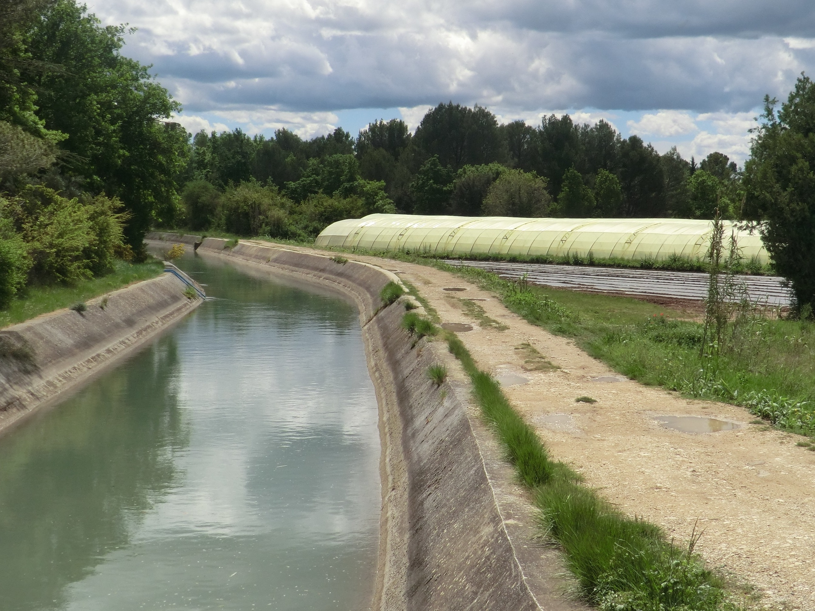 Le canal de 69 km de Carpentras en France couvre environ 10 000 ha et remonte au milieu des années 1800. (crédits: François Molle / Water Alternatives / Flickr Creative Commons Attribution-NonCommercial 2.0 Generic (CC BY-NC 2.0))