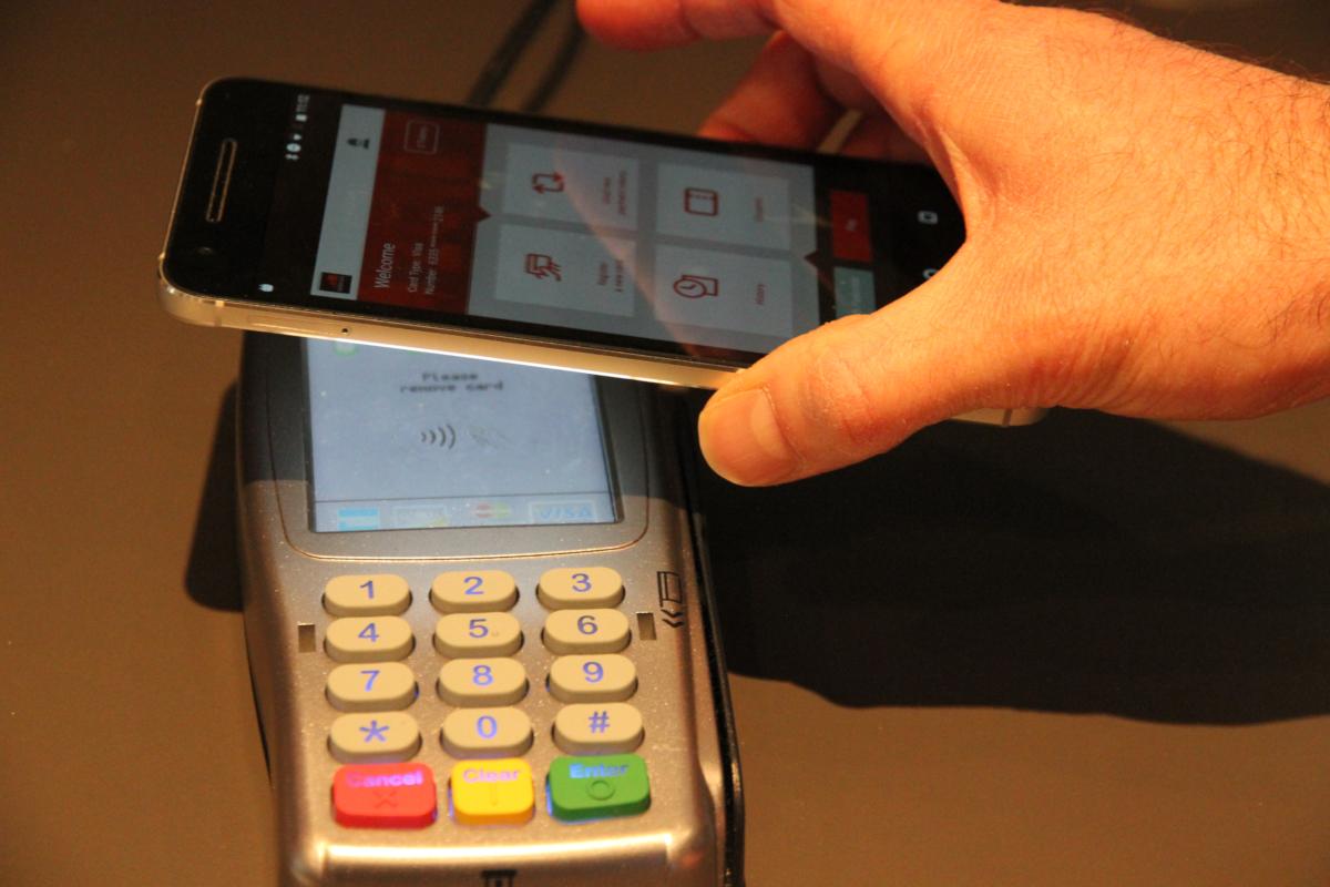 Application de paiement par smartphone présenté au Mobile World Congress 2016 (crédits: Pierre Metivier / Flickr Creative Commons Attribution-NonCommercial 2.0 Generic (CC BY-NC 2.0))