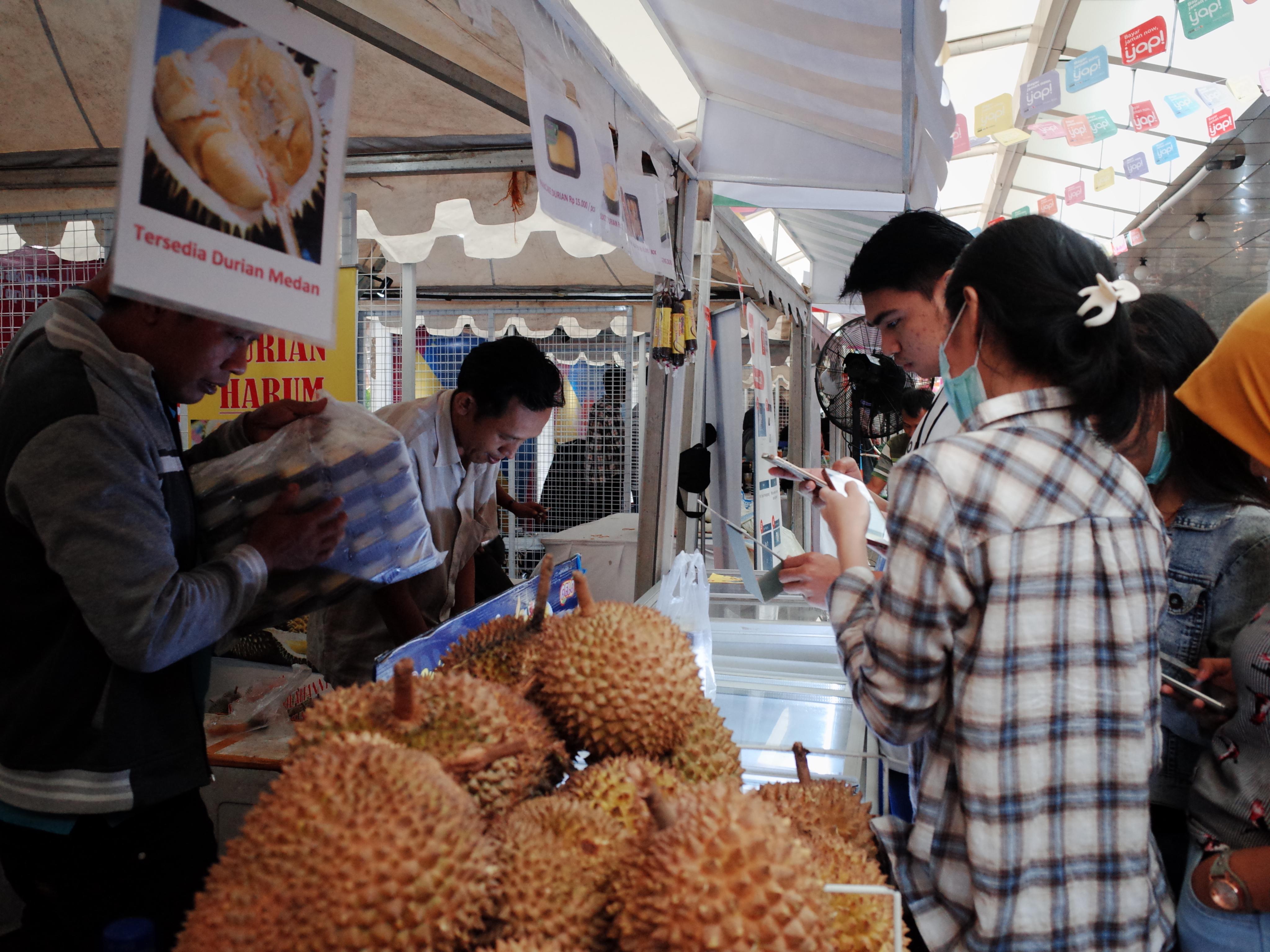 Les clients achètent des durians via une application de paiement électronique. Jakarta, Indonésie. (crédits: Yosomono / Flickr Creative Commons Attribution 2.0 Générique (CC BY 2.0))