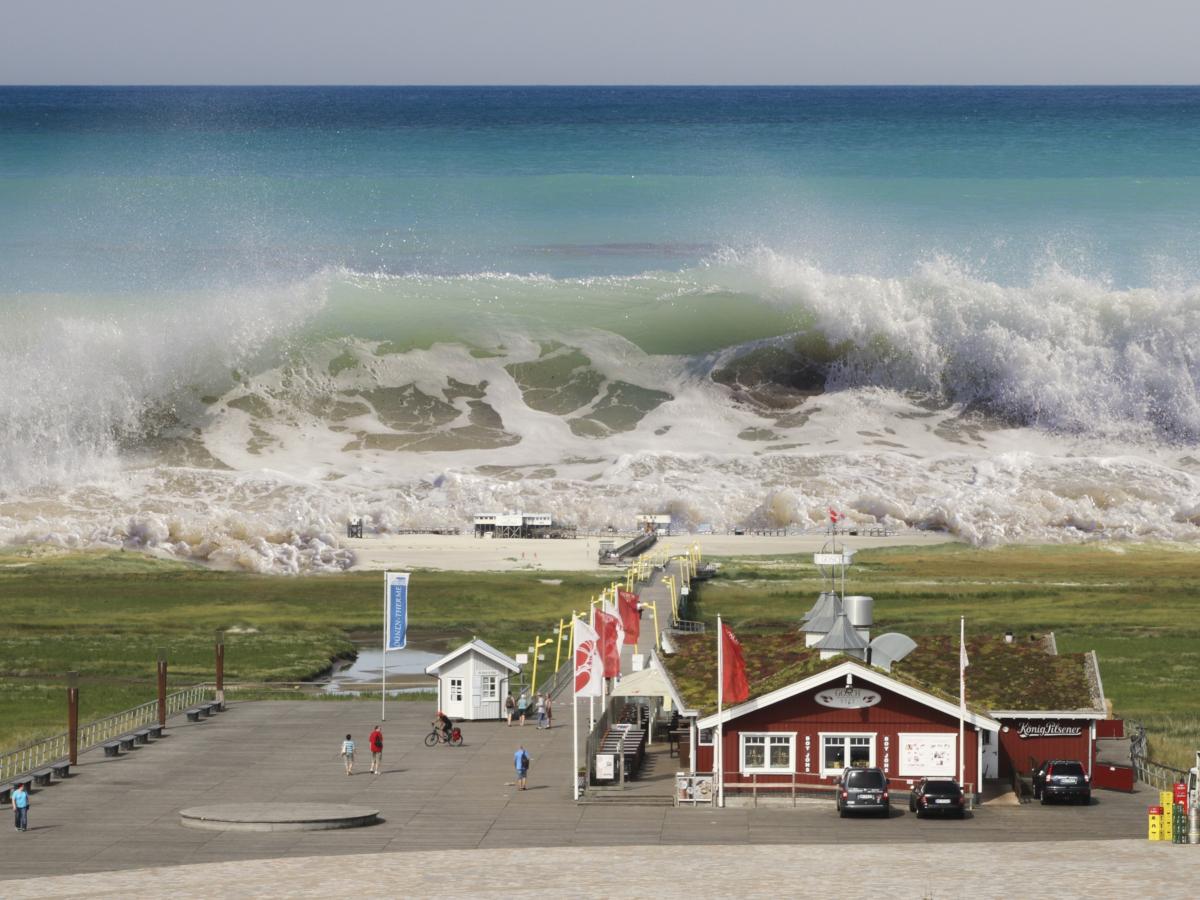 Tsunami (Image by Roland Mey from Pixabay)