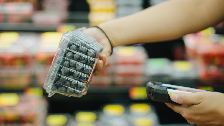 Un carton de bleuets est scanné après avoir été retracé de la ferme au magasin sur le réseau Blockchain IBM Food Trust. IBM Food Trust utilise la technologie blockchain pour résoudre les problèmes de la chaîne d'approvisionnement alimentaire mondiale, notamment les déchets, la fraîcheur, la sécurité et la durabilité. Aujourd'hui, le principal détaillant mondial Carrefour rejoint Walmart et d'autres détaillants et fournisseurs en utilisant la solution pour tracer plus efficacement et en collaboration les aliments. (crédits: IBM / Flickr Creative Commons Attribution - Pas d'Utilisation Commerciale - Pas de Modification 2.0 Générique (CC BY-NC-ND 2.0))