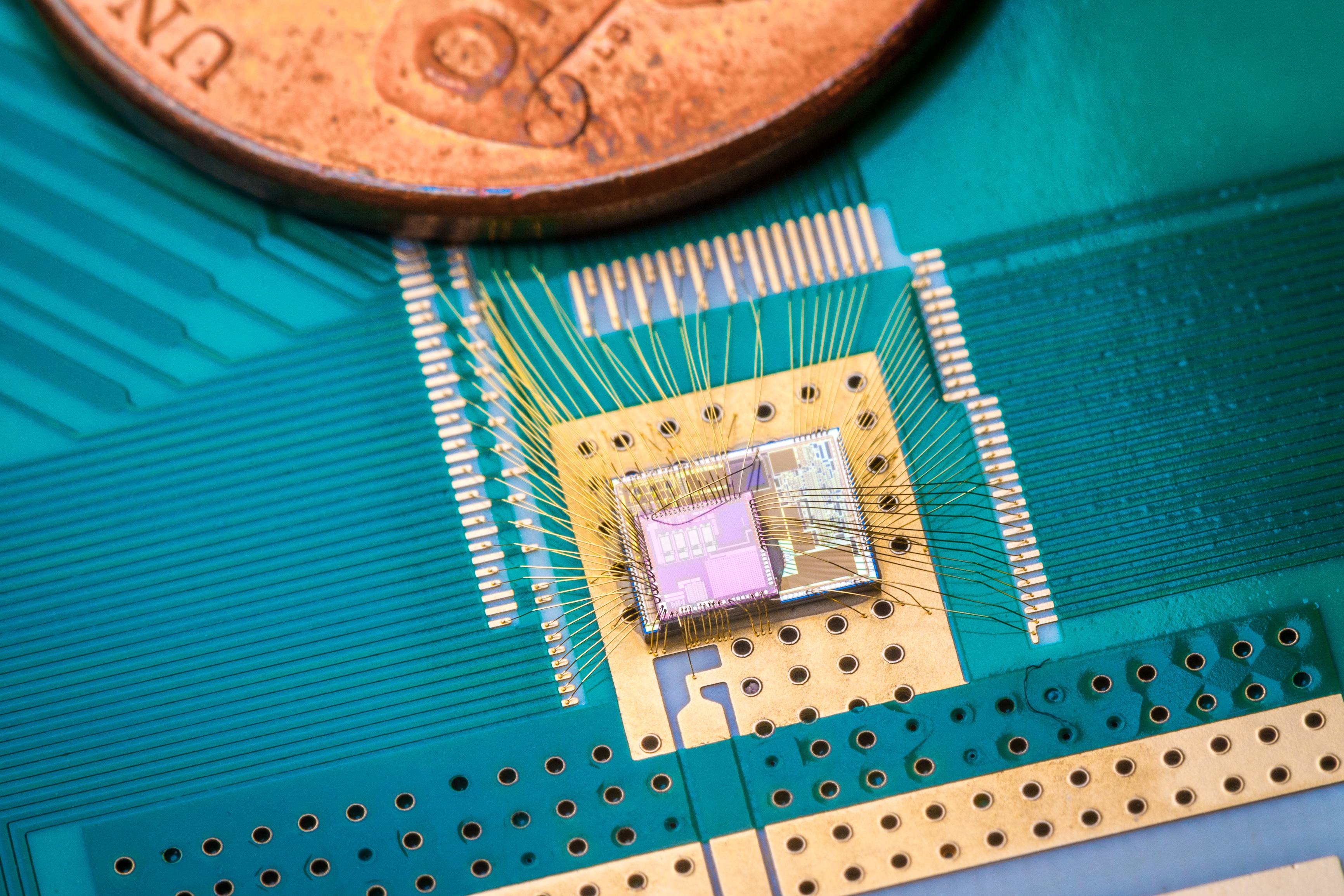 Une nouvelle puce d'économie d'énergie développée par les ingénieurs de l'Université de Californie à San Diego pourrait considérablement réduire ou éliminer la nécessité de remplacer les piles dans les appareils et les objets connectés. Le soi-disant récepteur de réveil ne réveille un appareil que lorsqu'il doit communiquer et remplir sa fonction. (crédits: David Baillot / UC San Diego Jacobs School of Engineering / Flickr Creative Attribution 2.0 Générique (CC BY 2.0))