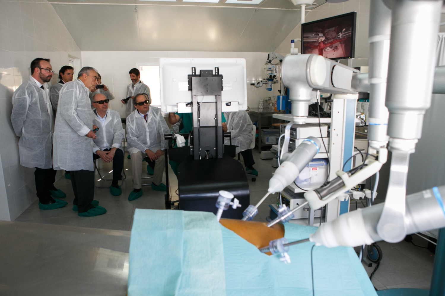 Accompanied by the director general of research, Joan Gómez, the president of the Government of Catalonia, Quim Torra, visited the company Rob Surgical on 30th November 2018. The company designs and develops new robotic systems for minimally invasive surgery. (credits: © Rob Surgical, Anna Mas / Flickr Creative Commons Attribution-NonCommercial-NoDerivs 2.0 Generic (CC BY-NC-ND 2.0))