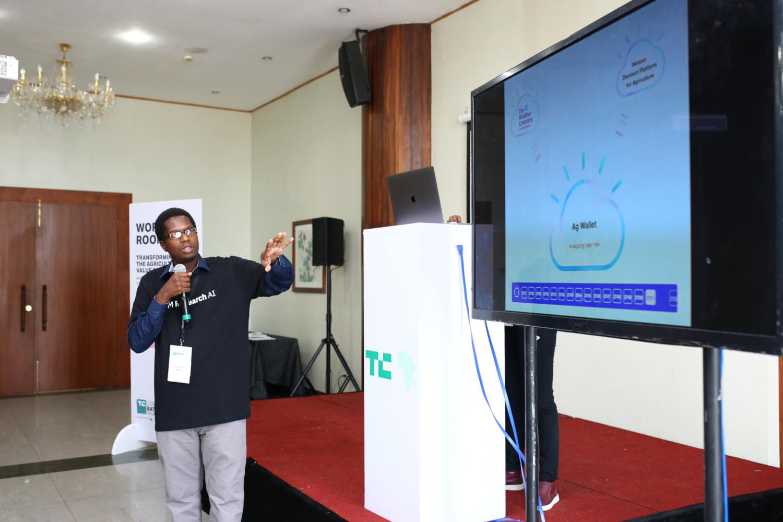 Les scientifiques IBM Research au Kenya travaillent avec Hello Tractor pour appliquer plusieurs technologies, notamment la plateforme de décision Watson pour l'agriculture, la blockchain, l'Internet des objets (IoT) et IBM Cloud, pour numériser, optimiser et rationaliser les processus commerciaux agricoles, en créant des efficacités et de nouveaux services de la ferme à l'assiette à travers le monde. Sur cette photo, le scientifique d'IBM Andrew Kinai, présente le travail au TechCrunch Battlefield à Lagos le 11 décembre 2018. (crédits: IBM Research / Flickr Creative Commons Attribution - Pas de Modification 2.0 Générique (CC BY-ND 2.0))