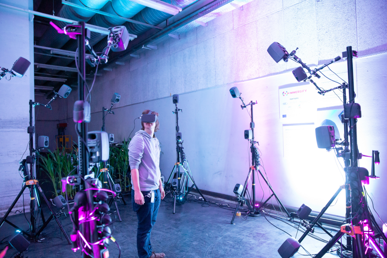 Immersive Ambisonic Audio est un espace ambisonique expérimental combiné à la réalité virtuelle. (crédits: tom mesic / Ars Electronica / Flickr Creative Commons Attribution-NonCommercial-NoDerivs 2.0 Generic (CC BY-NC-ND 2.0))