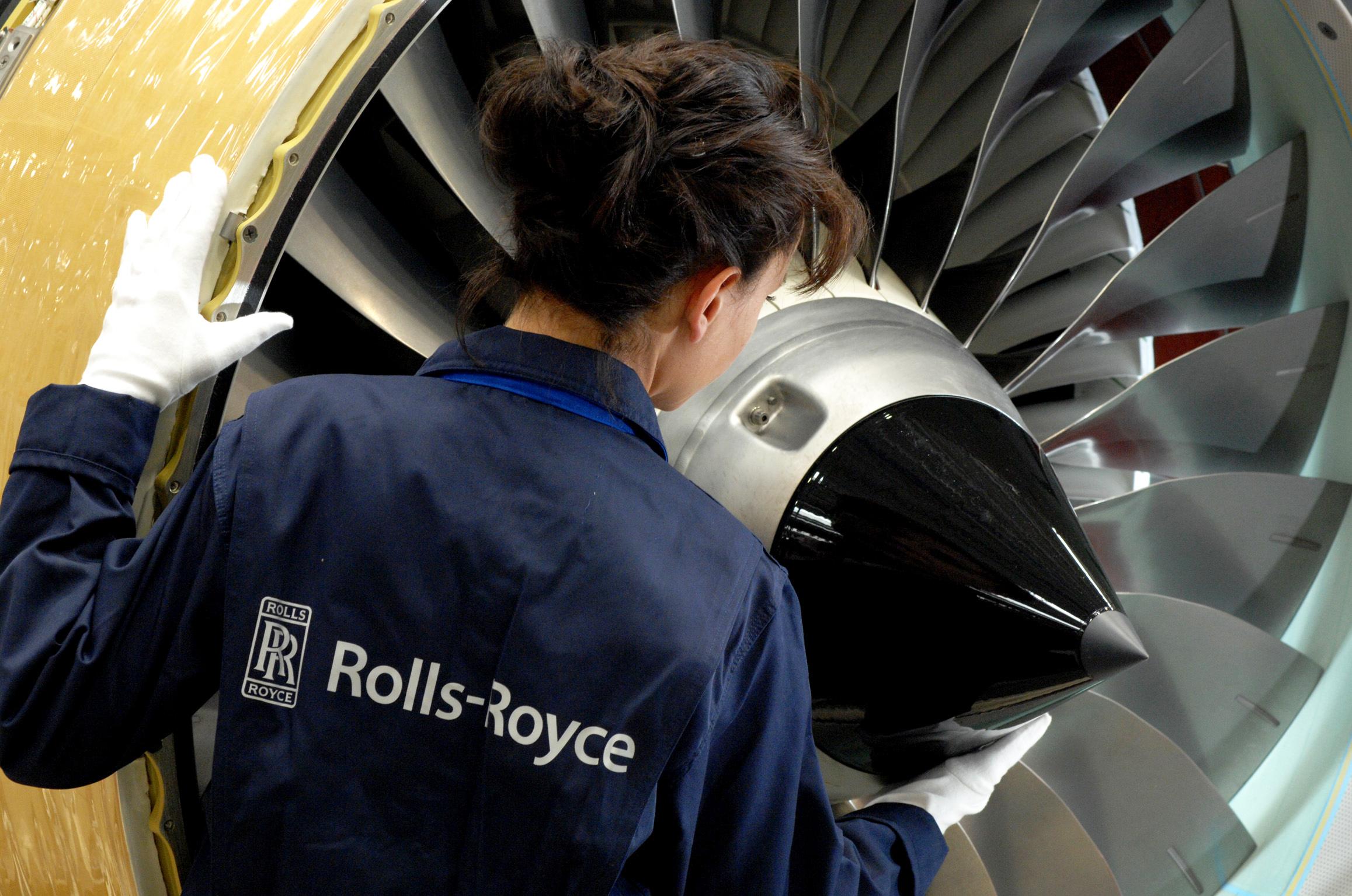 Ingénieure Rolls-Royce avec turboréacteur BR700 (crédits: © Rolls-Royce PLC / Flickr Creative Commons Attribution - Pas d'Utilisation Commerciale - Pas de Modification 2.0 Générique (CC BY-NC-ND 2.0))