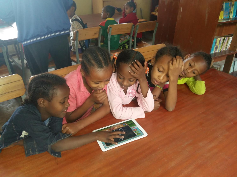 Les enfants utilisent une tablette à la bibliothèque Wondo Genet en Ethiopie (crédits: Beyond Access / Flickr Creative Commons Attribution-ShareAlike 2.0 Generic (CC BY-SA 2.0))