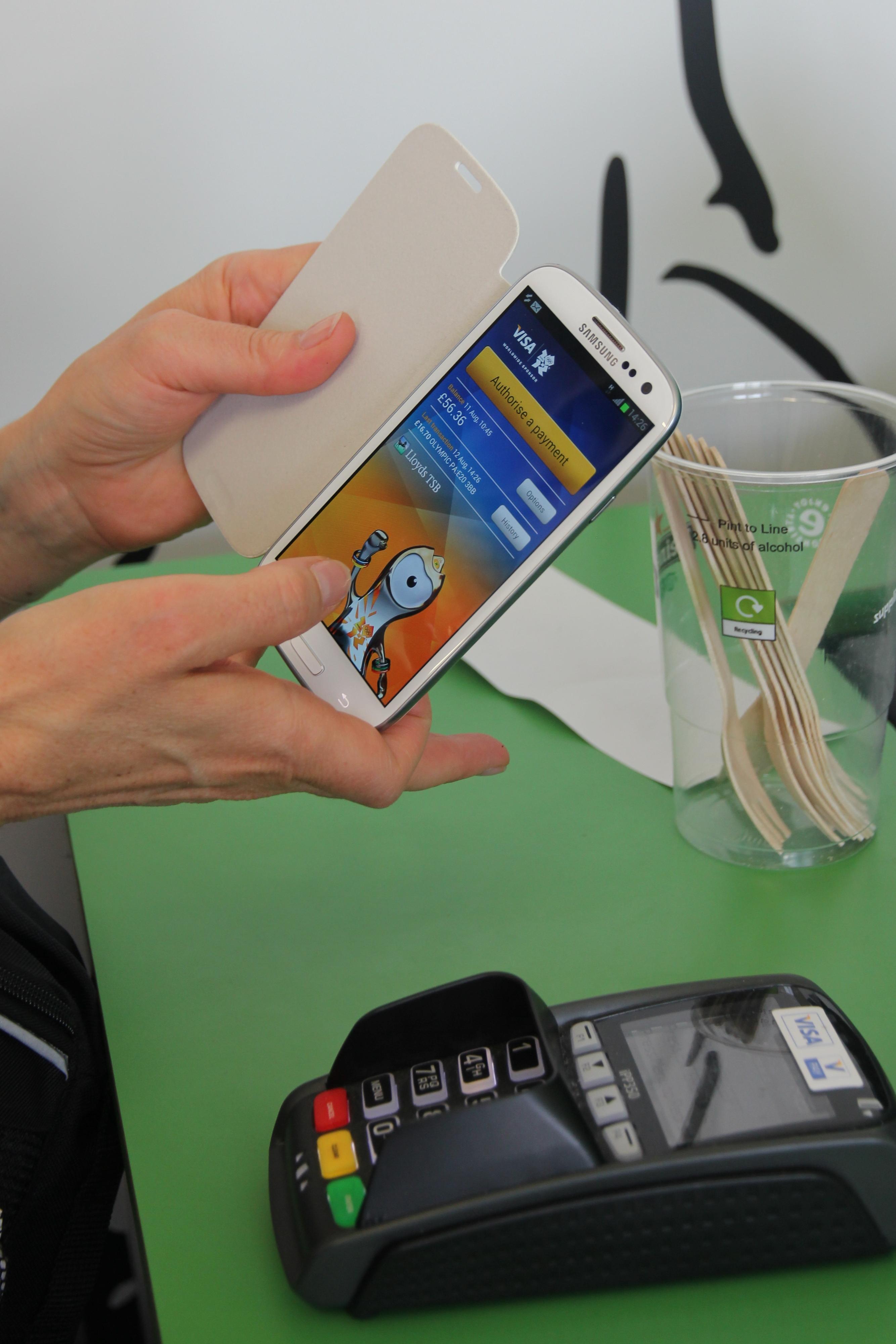 Paiement par smartphone (crédits: Pierre Metivier / Flickr Creative Commons Attribution - Pas d'Utilisation Commerciale 2.0 Générique (CC BY-NC 2.0))