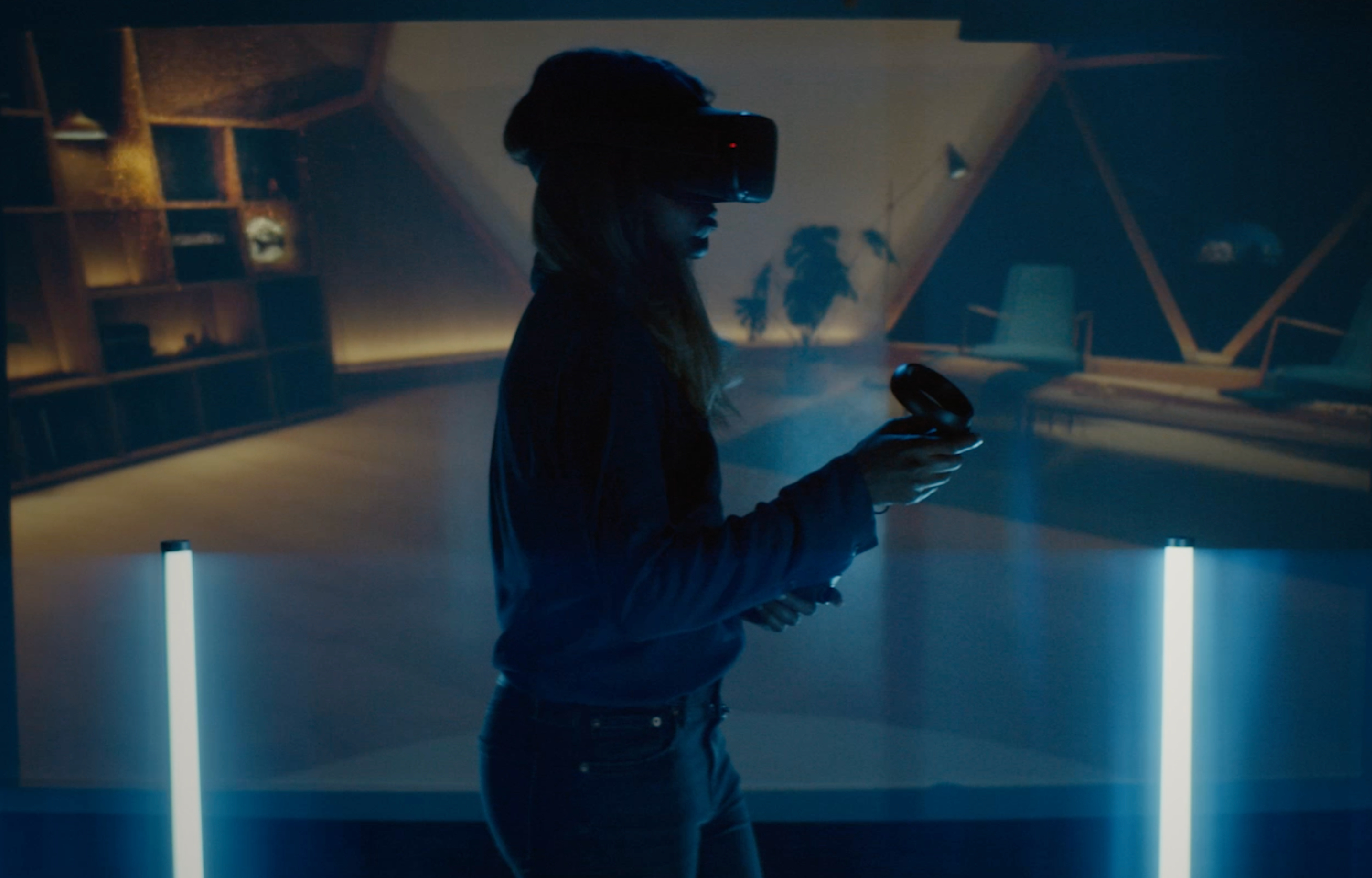 Female product design engineer with virtual reality headset (credits: © This is Engineering / Flickr Creative Commons Attribution-NonCommercial-NoDerivs 2.0 Generic (CC BY-NC-ND 2.0))