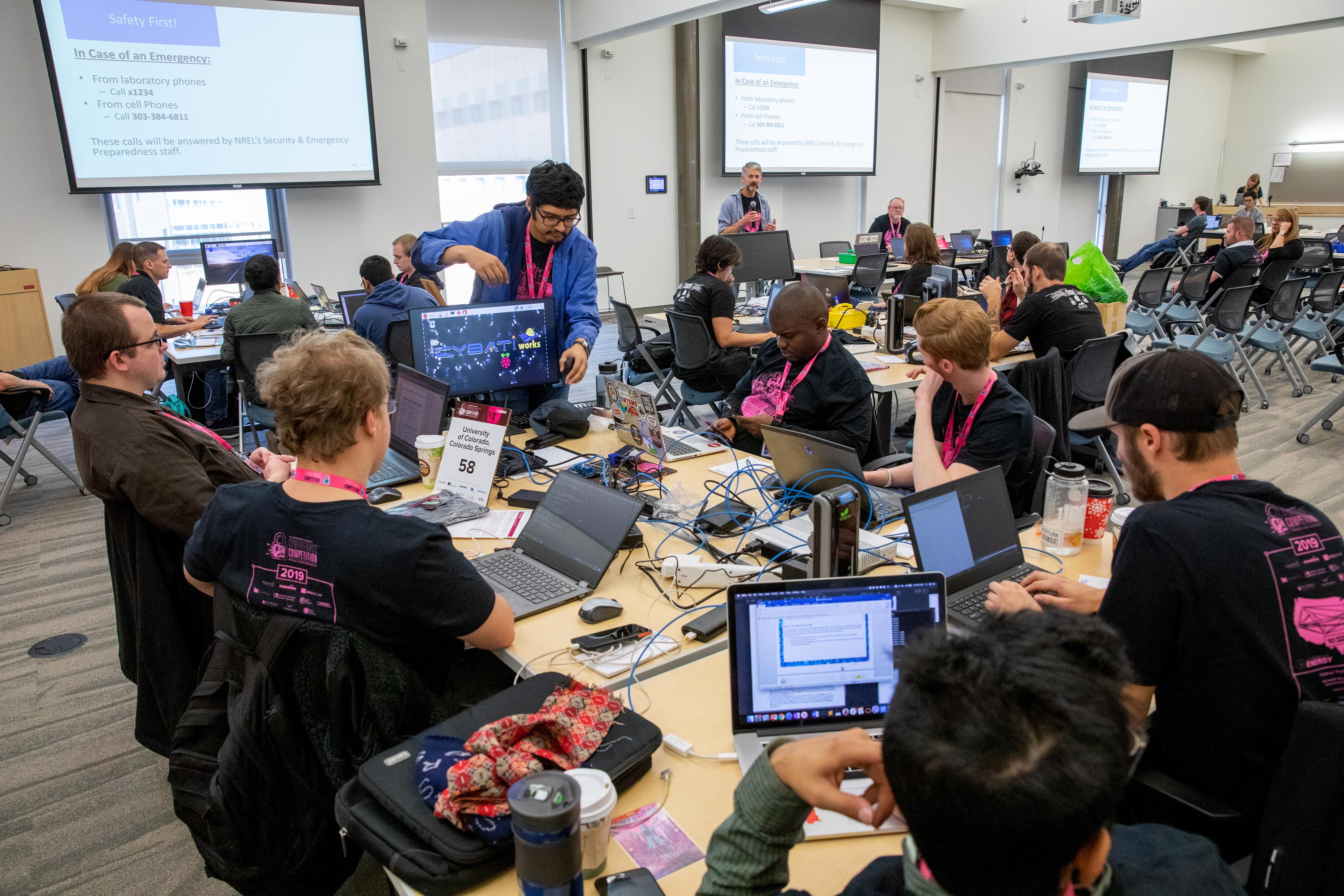 Participants au cinquième concours CyberForce 2019 du Department de l'Énergie. (crédits: Werner Slocum / NREL / Flickr Creative Commons Attribution - Pas d'Utilisation Commerciale - Pas de Modification 2.0 Générique (CC BY-NC-ND 2.0))