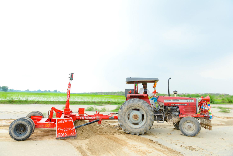 Le nivellement au laser est un processus de lissage de la surface du sol (± 2 cm) par rapport à son élévation moyenne à l'aide de grattoirs tractés équipés d'un laser. Cette pratique utilise des tracteurs de grande puissance et des déménageurs de sol qui sont équipés de systèmes de positionnement global (GPS) et / ou d'instruments guidés au laser afin que le sol puisse être déplacé soit en coupant soit en remplissant pour créer la pente / le niveau souhaité. Cette technique est bien connue pour atteindre des niveaux plus élevés de précision dans le nivellement des terres et offre un grand potentiel d'économies d'eau et de rendements plus élevés. (crédits: Faseeh Shams / IWMI / Flickr Creative Commons Attribution - Pas d'Utilisation Commerciale - Pas de Modification 2.0 Générique (CC BY-NC-ND 2.0))