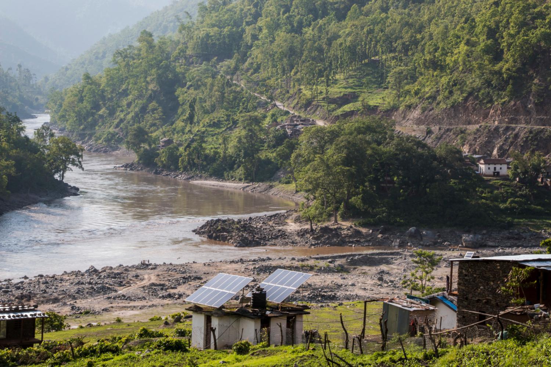 Le programme USAID Paani renforcera la capacité du Népal à gérer les ressources en eau pour de multiples usages et utilisateurs grâce à l'adaptation aux changements climatiques et à la conservation de la biodiversité des eaux douces. Se concentrant principalement sur les bassins versants, les bassins et les échelles nationales, l'USAID Paani réduira les menaces pesant sur la biodiversité des eaux douces et augmentera la capacité des communautés humaines et écologiques ciblées des bassins fluviaux de Karnali, Mahakali et Rapti à s'adapter aux effets néfastes du changement climatique grâce à une meilleure gestion de l'eau. (crédits: Satyam Joshi/USAID / Flickr Creative Commons Attribution - Pas de Modification 2.0 Générique (CC BY-ND 2.0))