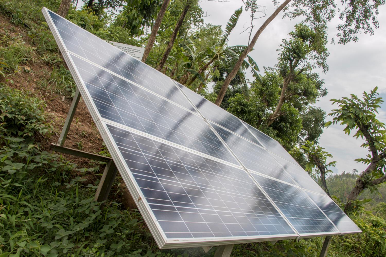 Des panneaux solaires alimentent une pompe à eau pour acheminer l'eau d'irrigation sur 68 mètres de la rivière jusqu'aux champs (crédits: Satyam Joshi / USAID / Flickr Creative Commons Attribution - Pas de Modification 2.0 Générique (CC BY-ND 2.0))